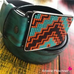 Cinturón de cuero con tejido de mostacillas en la chapa